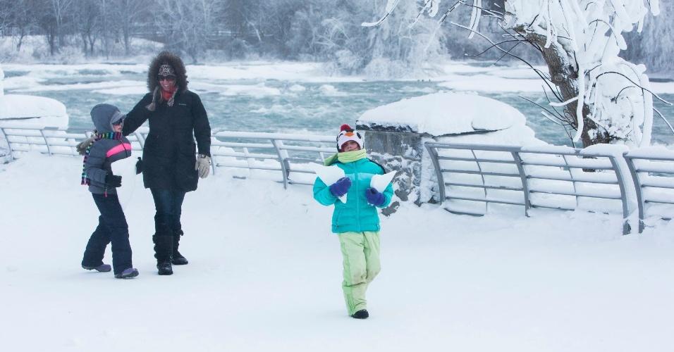 17.fev.2015 - Família passeia pelo parque Niagara Falls nesta terça-feira (17), quando a temperatura chegava a -14ºC.