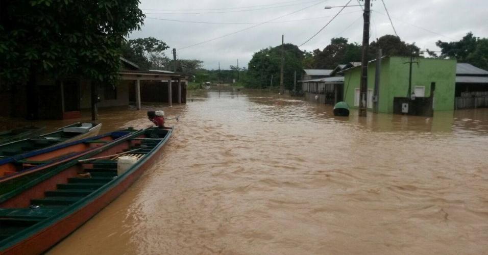 19.fev.2015 - O nível do rio Acre, em Assis Brasil, a 342 km de Rio Branco, no Acre, subiu mais de oito metros em 24 horas. Equipes do Corpo de Bombeiros e da Defesa Civil foram deslocadas ao local para prestar assistência às famílias