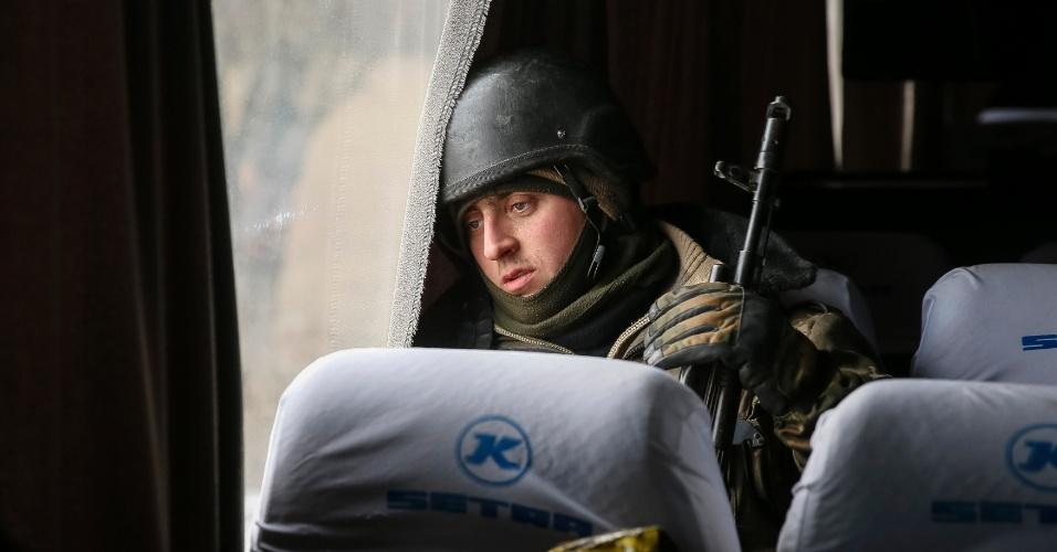 19.fev.2015 - Soldado ucraniano que participou de combates contra rebeldes separatistas no leste do país deixa a cidade de Debaltseve em ônibus