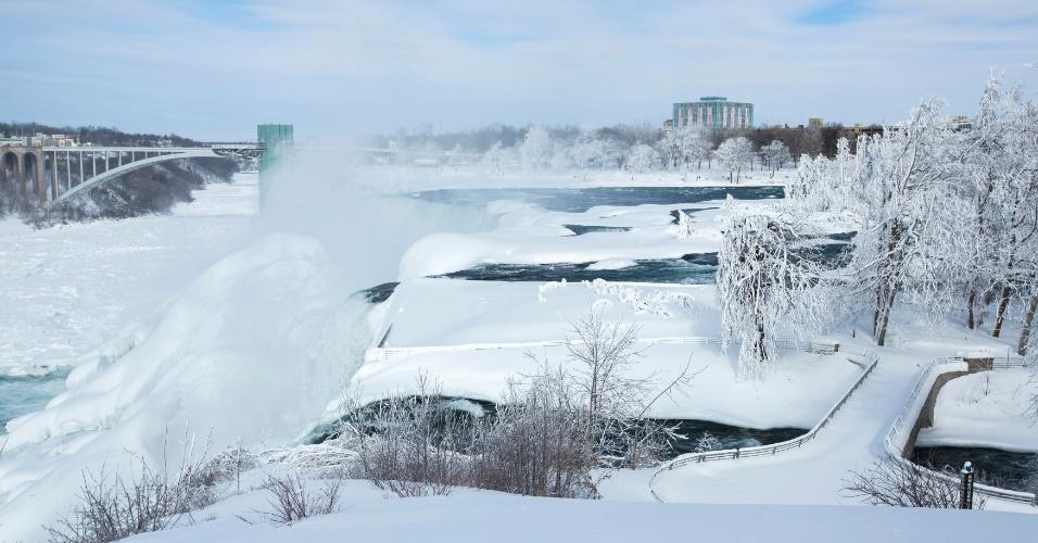 17.fev.2015 - Uma capa de gelo cobre as cataratas do Niágara nesta terça-feira (17), quando a temperatura chegava a -14ºC