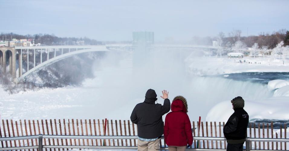 17.fev.2015 - Visitantes do parque Niagara Falls, no Estado de Nova York, apreciam as cataratas parcialmente congeladas