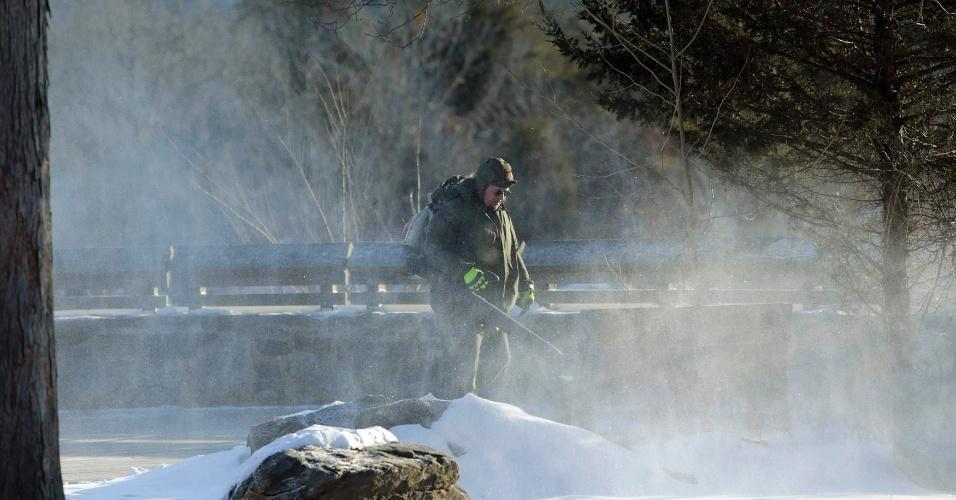 20.fev.2015 - Funcionário do Serviço Nacional de Parques dos Estados Unidos retira neve de um ponto de observação do rio Potomac, no estado americano da Virgínia
