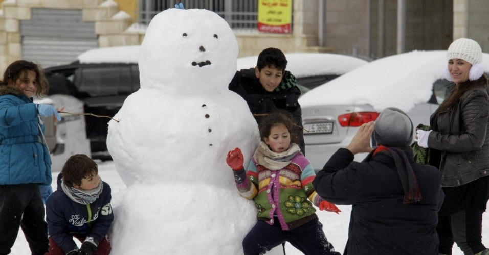 20.fev.2015 - Jordanianos brincam com um boneco de neve na capital Amã. Tempestades de neve atingiram também Israel e Líbano, onde estradas foram fechadas