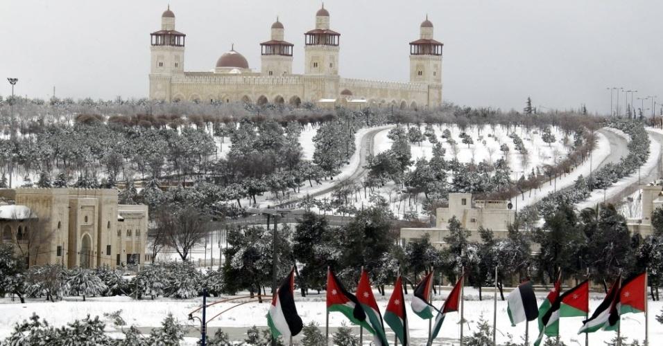 20.fev.2015 - Neve que cobre a área ao redor da mesquita do rei Hussein, na capital da Jordânia. Autoridades pediram para os moradores ficarem em casa por conta das tempestades de neve