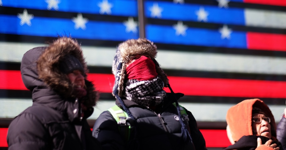 20.fev.2015 - Turistas passeiam pela Times Square, em Nova York, nos Estados Unidos. No Central Park, a temperatura chegou a -16.6 °C e causou transtornos por toda a costa leste do país