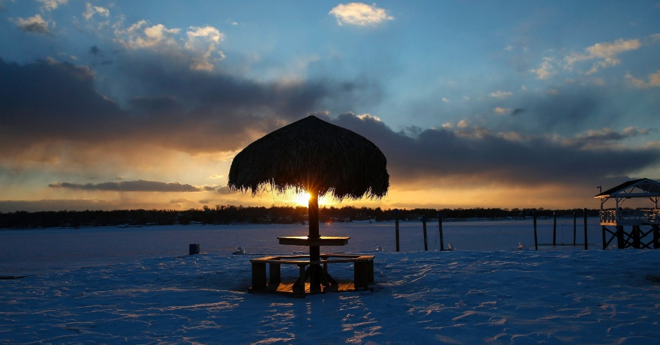 20.fev.2015 - Quiosque de praia fica coberto de neve após nevasca em Port Washington, Nova York, (EUA)