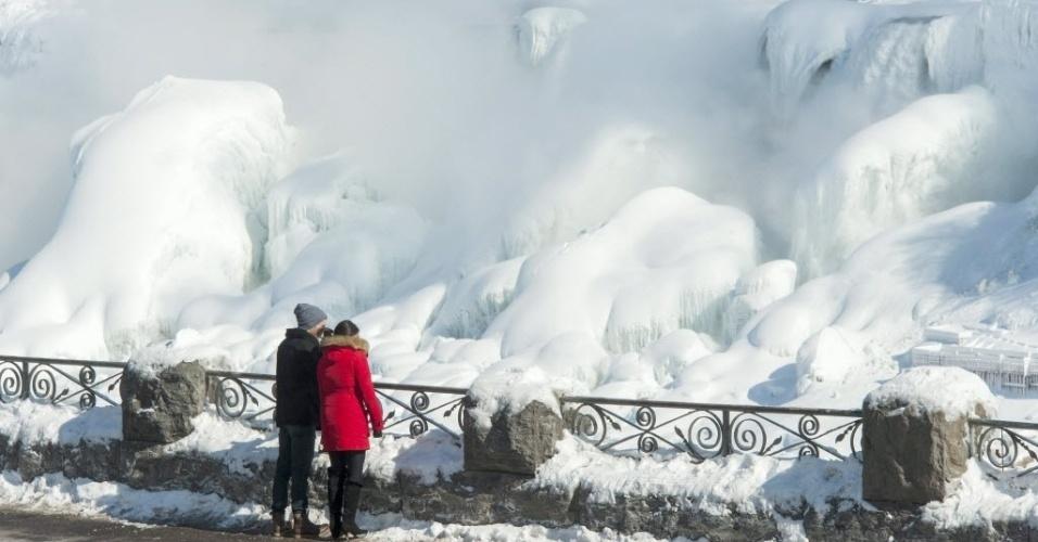 20.fev.2015 - Visitantes observam parte de trás das cataratas do Niágara, no Canadá, nesta sexta-feira (20). Com o frio extremo, as águas das Cataratas do Niágara, que se situam na fronteira entre Estados Unidos e Canadá, ficaram congeladas e as temperaturas atingiram a marca dos -14ºC