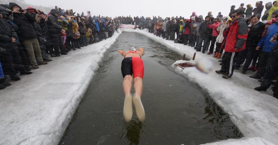 22.fev.2015 - No noroeste da China, uma competição amadora de natação reuniu 200 amadores dispostos a desafiar o frio