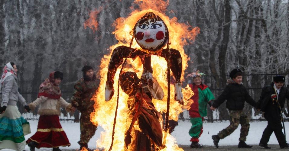 22.fev.2015 - Queima do boneco da Maslenitsa marca o fim da semana de comemorações para celebrar a chegada da primavera e o início da quaresma