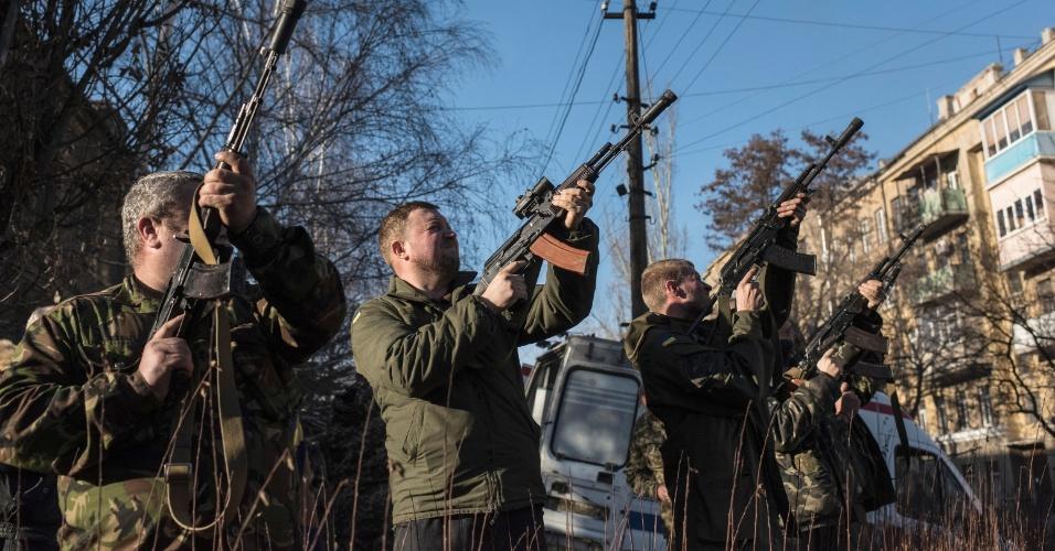 23.fev.2015 - Soldados e membros de uma unidade médica militar ucraniana atiram para o alto para saudar quatro companheiros mortos perto de Debaltseve durante uma cerimônia de despedida em Artemivsk, leste da Ucrânia. O exército da Ucrânia atrasou a retirada de armas pesadas, prometida para esta segunda-feira, culpando contínuos ataques de rebeldes separatistas