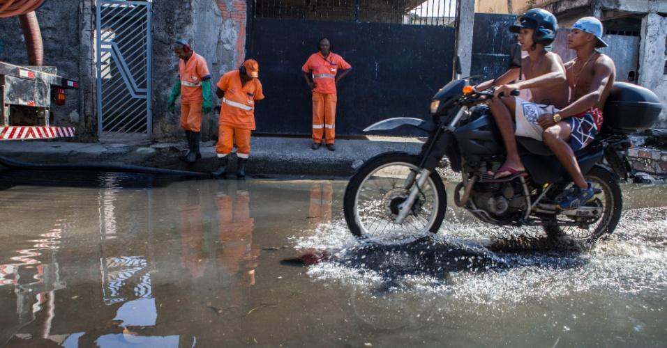 23.fev.2015 - As ruas do bairro Vila Itaim, na zona leste de São Paulo, ainda estão alagadas por causa das chuvas que atingiram a região na semana passada. Caminhões da prefeitura estão no local para drenar a água das vias