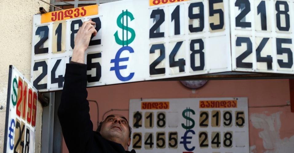 23.fev.2015 - Funcionário muda taxa de câmbio em um escritório, em Tbilisi, capital da Geórgia. O país pode reduzir pela metade sua previsão de crescimento para este ano para 2 - 2,5%, disse à Reuters, o ministro de Desenvolvimento Econômico, Georgy Kvirikashvili, apontando para grave problemas na economia. Como em uma série de outras ex-repúblicas soviéticas, a economia da Geórgia e sua moeda estão sofrendo com os efeitos colaterais da queda do rublo russo e a crise com a Ucrânia. A Rússia é terceira maior parceiro comercial da Geórgia