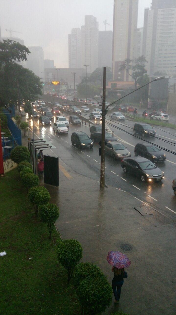 23.fev.2015 - Motoristas enfrentam forte chuva na tarde desta segunda-feira (23) na avenida Juscelino Kubitschek, no Itaim Bibi, zona oeste de São Paulo. A imagem foi registrada pelo internauta Leandro dos Santos e enviada ao UOL através do Whatsapp (11) 97500-1925