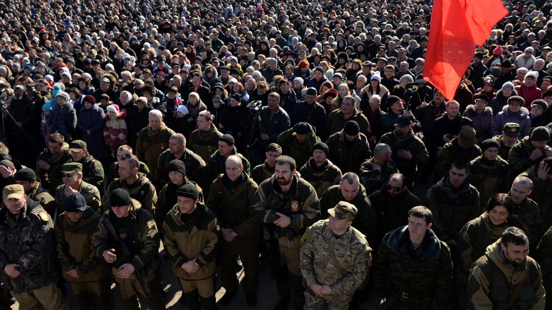 23.fev.2015 - Separatistas pró-russos se reúnem na Praça Lenin, em Donetsk, na autoproclamada República de Donetsk. Dia 23 é celebrado o Dia dos Defensores da Pátria, para homenagear aqueles que serviram às forças armadas, mas também conhecido como dia do homem