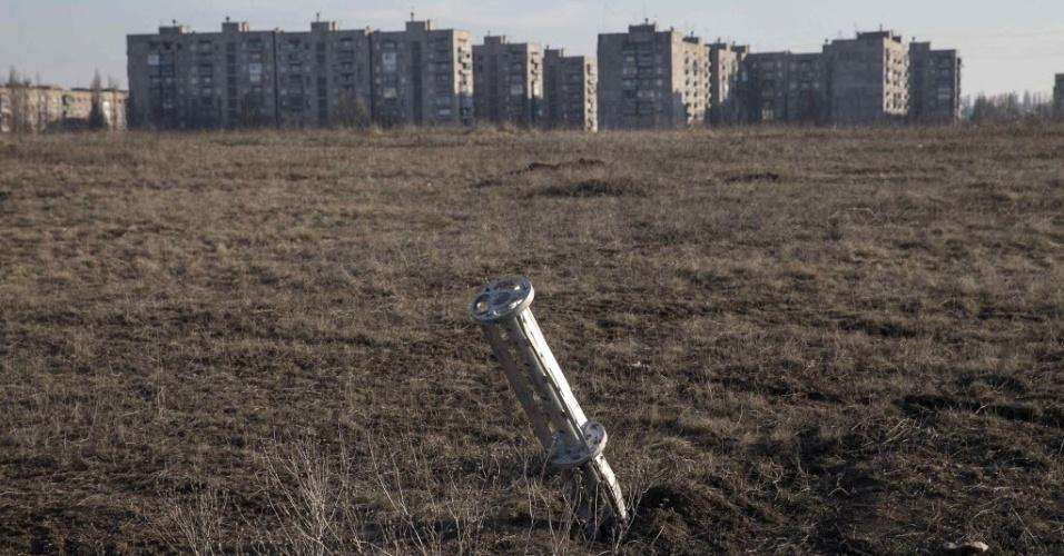 24.fev.2015 - Munição fica presa no chão perto de apartamentos da cidade de Yenakiieve, na Ucrânia, na segunda-feira (23). O governo ucraniano acusou os rebeldes pró-Rússia de abrirem fogo contra aldeias no sudeste do país