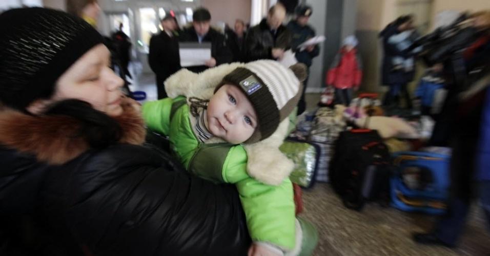 24.fev.2015 - Refugiados do leste da Ucrânia chegam a estação ferroviária do sul da cidade de Stavropol, na Rússia, nesta terça-feira (24). Trinta e uma pessoas chegaram de Donetsk, Horlivka e Mariupol em busca de um alojamento temporário, segundo autoridades locais
