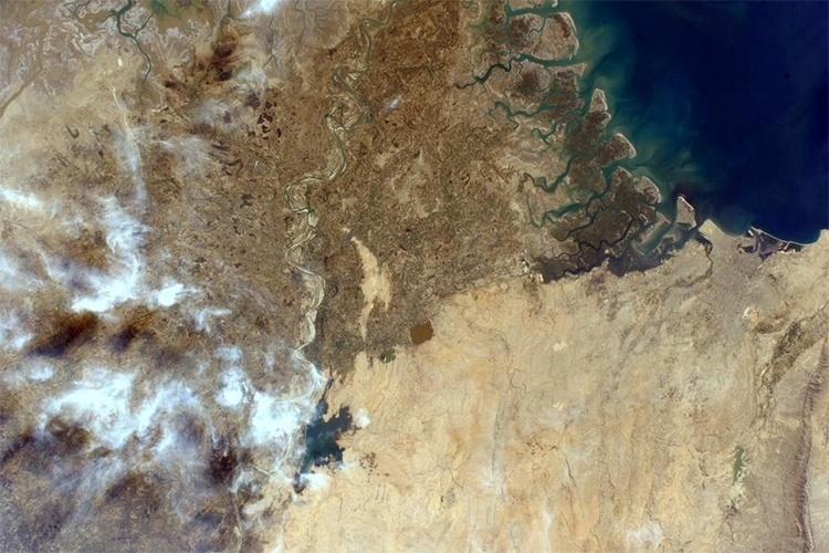 25.fev.2015 - A astronauta Sam Cristoforetti fotografou do espaço, da Estação Espacial Internacional, as ruínas da cidade Thatta, no Paquistão, perto de Karachi e do delta do rio Indo. O sítio histórico foi declarado patrimônio da humanidade pela Unesco em 1981