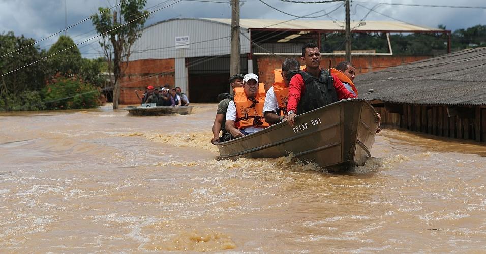 25.fev.2015 - As fortes chuvas que atingem a região do Alto Acre inundaram várias áreas de três m
