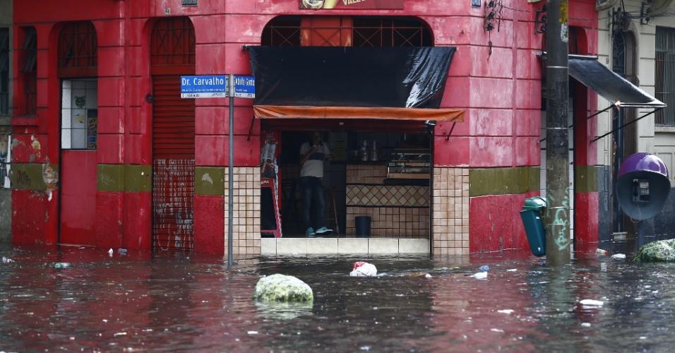 25.fev.2015  - Chuva forte na tarde desta quarta-feira (25) alaga rua na região central de São Paulo