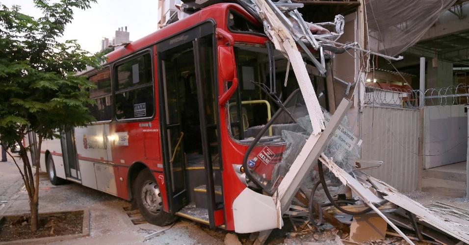 25.fev.2015 - Criminoso provoca acidente de ônibus na manhã desta quarta-feira (25), na região do Tatuapé, zona leste de São Paulo (SP). Armado com um revólver, o bandido entrou no coletivo, rendendo o motorista. Após roubar pertences de passageiros, o assaltante teria agredido o motorista. O veículo acabou desgovernado e bateu contra o muro de um canteiro de obras na esquina da rua Serra de Botucatu com a rua Vilela. O motorista foi encaminhado para o pronto-socorro do Tatuapé