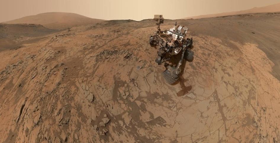 """25.fev.2015 - Esta selfie feita pela sonda Curiosity, em Marte, mostra o veículo no local """"Mojave"""", onde usa uma broca para coletar amostras do solo na segunda parte da missão no monte Sharp. A cena combina dezenas de imagens tiradas em janeiro de 2015. O Curiosity faz parte da missão Mars Science Laboratory, que custou à Nasa US$ 2,5 bilhões, e mandou o robô pousar no planeta vermelho em agosto de 2012 com o objetivo de explorar o terreno e buscar vestígios que permitam averiguar se houve vida no planeta"""