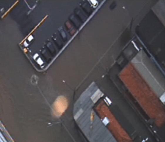 25.fev.2015 - Forte chuva deixa grande parte da região do Monotrilho da Vila Prudente alagada, em São Paulo (SP). O Corpo de Bombeiros trabalha no local para resgatar uma vítima em local de risco