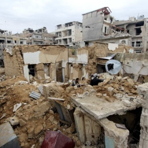 Moradores procuram por pertences em meio aos escombros em Damasco