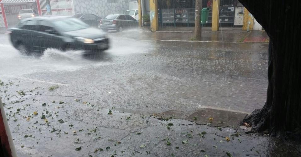 25.fev.2015 - O internauta Leandro Estrela Macedo registrou imagens da forte chuva e do granizo que caiu na avenida Inconfidência Mineira, próximo ao Aricanduva, na zona leste de São Paulo, pouco antes das 14h desta quarta-feira (25). As fotos foram enviadas ao UOL via Whatsapp (11) 97500-1925