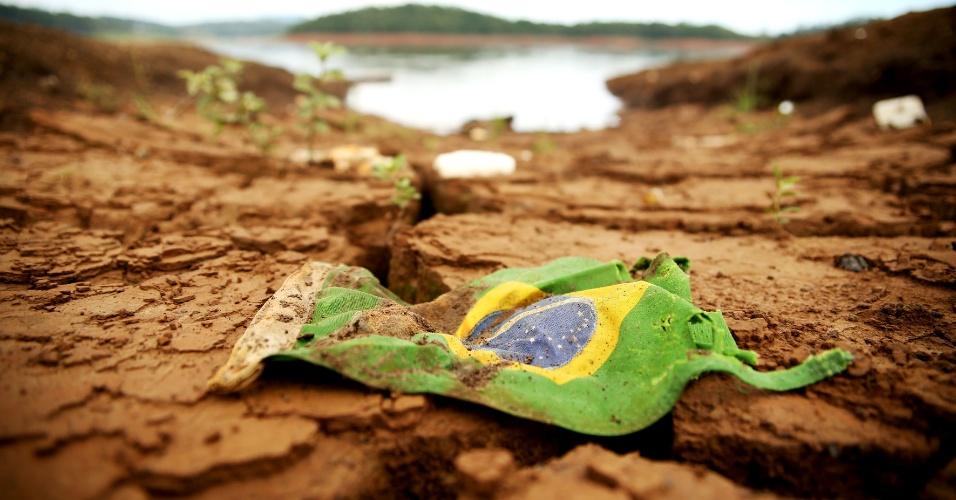 25.fev.2015 - Represa Atibainha, na cidade de Nazaré Paulista (SP), que integra o sistema Cantareira, principal manancial de São Paulo. O nível do reservatório da Cantareira voltou a subir pelo 20º dia consecutivo. Segundo relatório da Sabesp, divulgado nesta quarta-feira (25), o sistema atingiu 10,8%. Com isso, o reservatório entra na primeira cota do volume morto