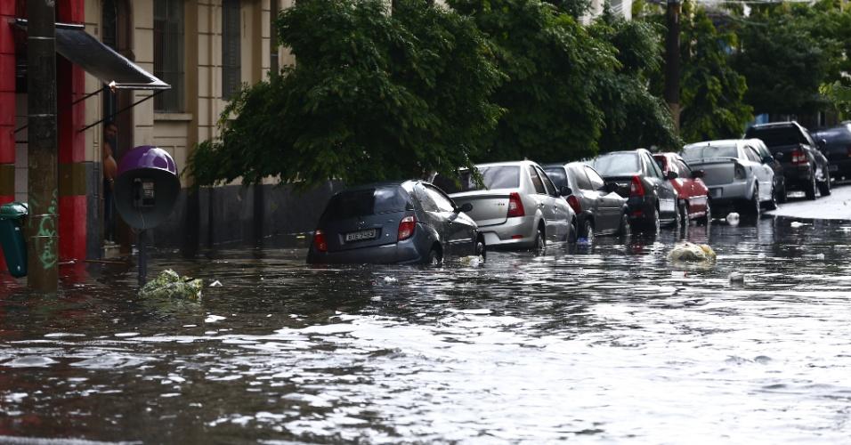 25.fev.2015 - Rua localizada no centro de São Paulo fica alagada após fortes chuvas atingirem a capital paulista na tarde desta quarta-feira (25)