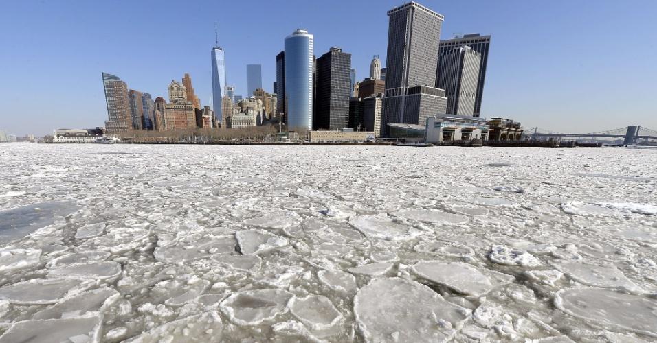 25.fev.2015 - Congelamento do rio Hudson, na região do porto de Nova York, fecha os serviços de balsa entre Manhattan, Queens e o Brooklyn