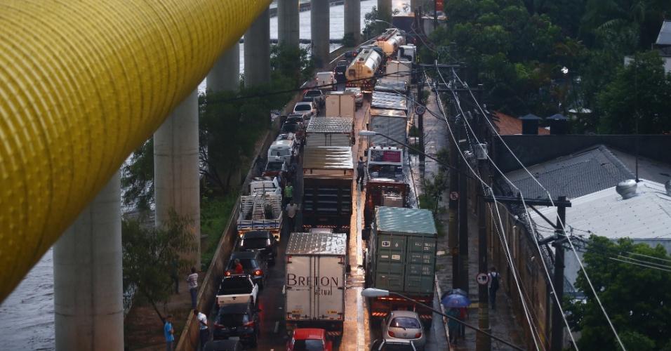 25.fev.2015 - Trânsito ficou congestionado na avenida do Estado, sentido ABC Paulista, na região sudoeste de São Paulo, na tarde desta quarta-feira (25), quando fortes chuvas atingiram a Grande São Paulo. Os bairros de Vila Prudente (zona leste) e Ipiranga (zona sul) estão em estado de alerta e demais bairros da cidade, em atenção por causa de alagamentos. A circulação de trem da linha 10-turquesa da CTPM (Companhia Paulista de Trens Metropolitanos) foi afetada