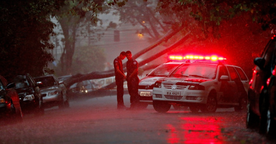25.fev.2015 - Um homem morreu eletrocutado durante a chuva da tarde desta quarta-feira (25) na rua Tupi, em Higienópolis, na região central de São Paulo. Ele estava dentro de um carro e levou um choque quando uma árvore caiu sobre os fios de rede elétrica