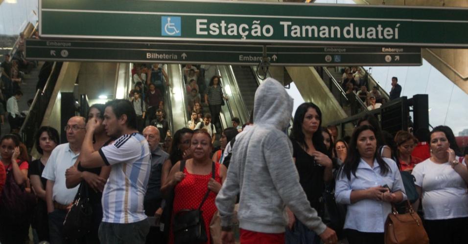 25.fev.2015 - Usuários do metrô da Linha 2-Verde e da Linha 10-Turquesa, da CPTM, ficaram ilhados na estação Tamanduateí, bairro Vila Carioca, região sudeste de São Paulo, após a paralisação dos trens devido às fortes chuvas na região, nesta quarta-feira (25)