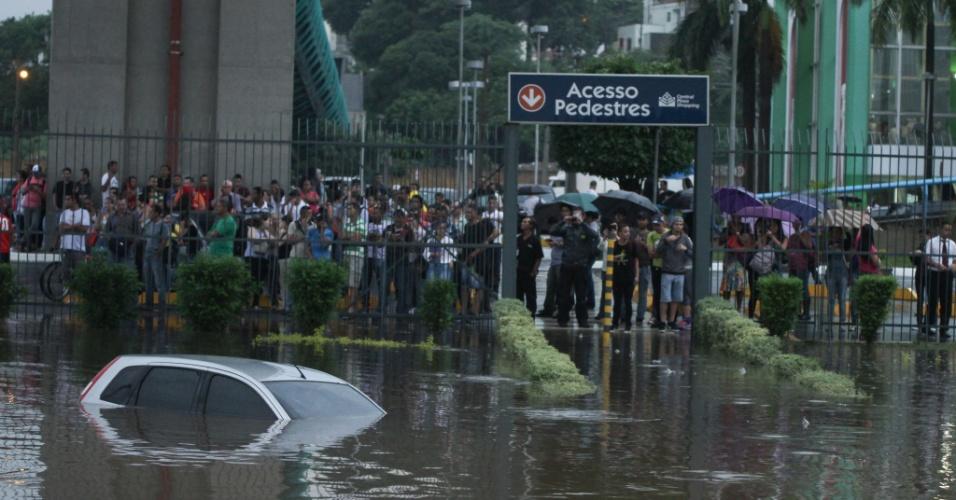25.fev.2015 - Usuários do Metrô da Linha Verde ficaram ilhados na Estação Tamanduateí, na zona leste da capital paulista, após a paralisação dos trens devido às fortes chuvas na região, nesta quarta-feira (25)