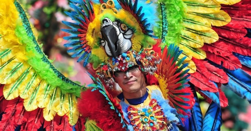 26.fev.2015 - Artista indonésio participa de ensaio da Parada Gay Cingapura, nesta quinta-feira (26). O desfile foi apresentado para jornalistas e contingentes internacionais. O