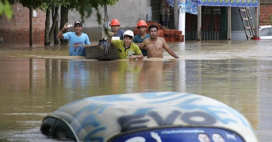 26.fev.2015 - Moradores puxam embarcação em um bairro inundado pelo rio Acre, que continua a aumentar de nível após dias de fortes temporais, no departamento de Pando, em Cobija, na Bolívia, na fronteira com o Brasil, em foto tirada nesta quarta-feira (25) e divulgada nesta quinta (26). A comunidade amazônica de Cobija está sendo devastada pelas inundações causadas pelo transbordamento do rio Acre
