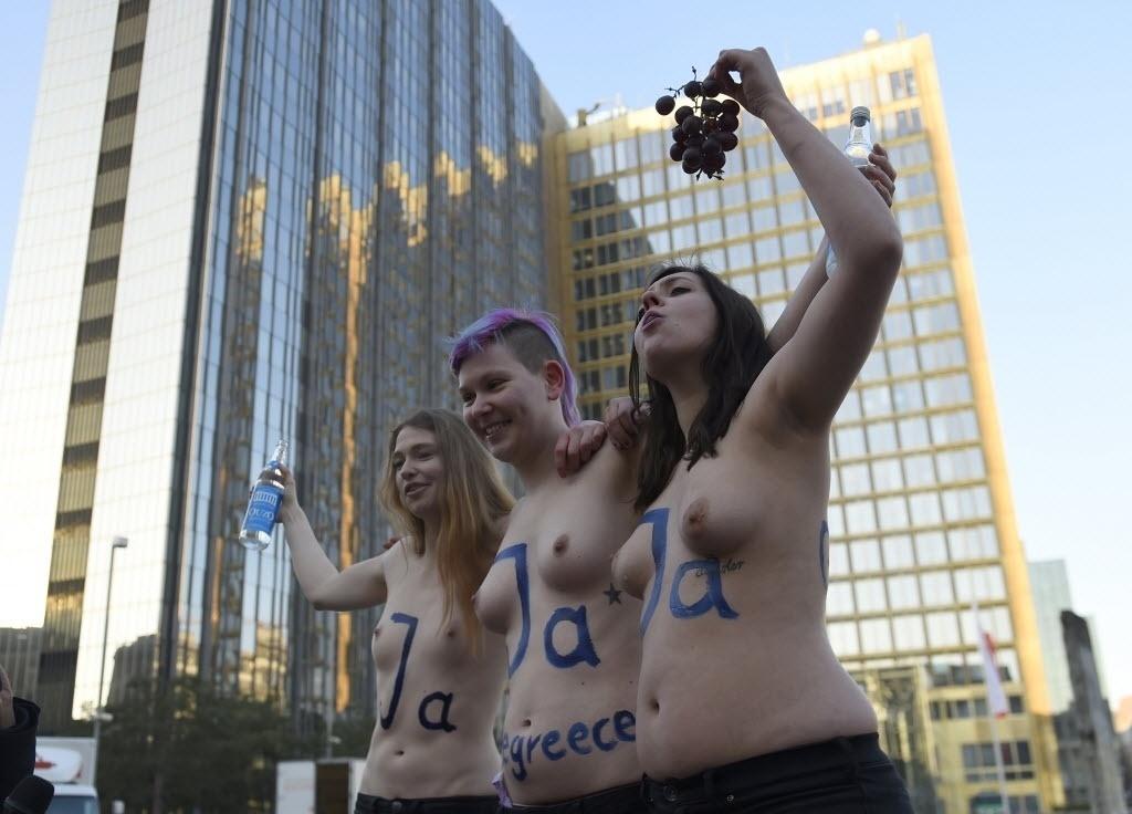 27.fev.2015 - Ativistas protestam em frente à sede da editora alemã Axel Springer, proprietária do tabloide alemão Bild, que nesta semana encampou uma campanha contra a aprovação da extensão do programa de ajuda financeira à Grécia por mais quatro meses