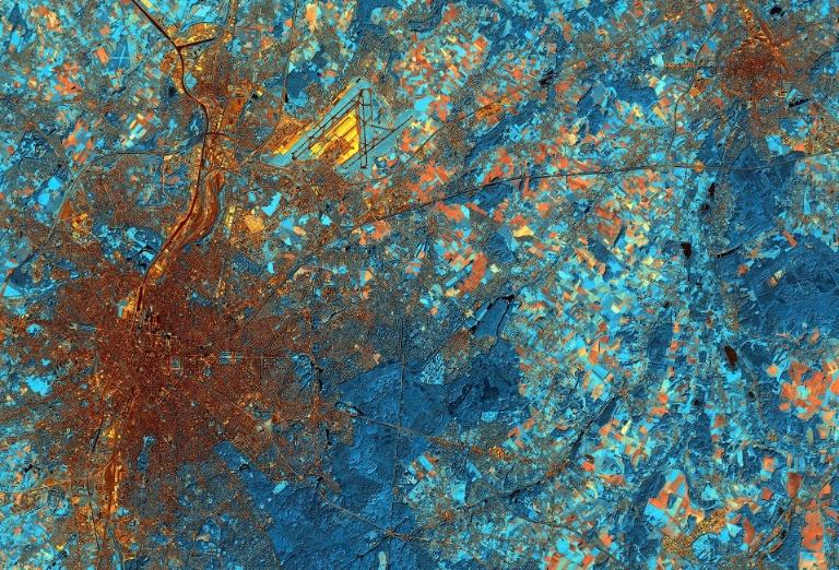 27.fev.2015 - Esta imagem feita por um satélite em 28 de setembro de 2011 mostra a cidade de Bruxelas, na Bélgica. A cidade é a capital da União Europeia, e é um importante centro para a política internacional. Mais a oeste, podemos ver o Warandepark, onde se encontra o Palácio Real de e o Parlamento. No nordeste da cidade, vemos as pistas do aeroporto. As áreas azuis escuras retratam a densa cobertura vegetal. No canto superior direito está a cidade de Leuven, que abriga a sede da Anheuser-Busch InBev, o maior grupo cervejeiro do mundo