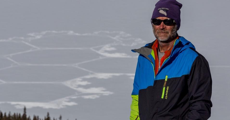 27.fev.2015 - O artista Simon Beck fez um desenho gigante de um floco de neve no lago Peyto, em Icefields Parkway, Alberta (Canadá), em foto sem data divulgada nesta sexta-feira (27). Beck visitou as montanhas rochosas canadenses pela primeira vez e se inspirou para criar um coiote no Lake Louise Ski Resort, e um floco de neve no lago Peyto. Beck cria desenhos geométricos detalhados usando apenas uma bússola tradicional, um desenho do mapa e um par de raquetes para fazer trilhas na neve