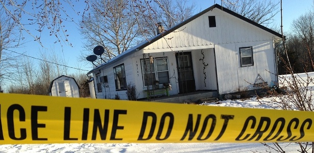 27.fev.2015 - Polícia cerca casa onde houve tiroteio em Tyrone, no Missouri (EUA); ao menos 9 pessoas morreram, entre elas o atirador, em quatro locais distintos