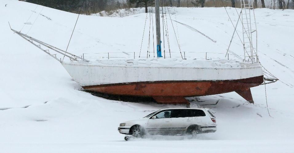 27.fev.2015 - Sergei Kasianov testa carro customizado para neve na superfície congelada do rio Yenisei, após nevasca que atingiu a cidade de Krasnoyarsk, na Sibéria, nesta sexta-feira 927). Sergei, um motorista com deficiência, criou um mecanismo que permite transitar mesmo em condições de temperatura baixas