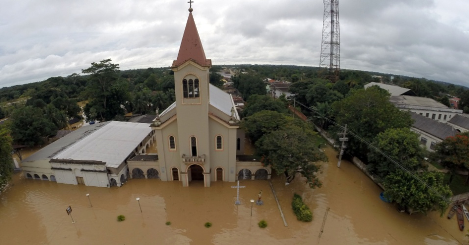 28.fev.2015 - Área fica inundada pelas águas do rio Acre, próximo à fronteira entre o Brasil e a Bolívia. A imagem foi divulgada neste sábado (28). Na ocasião, o governo assegurou ajuda federal para a recuperação das cidades