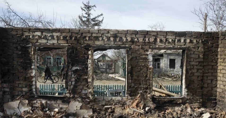 28.fev.2015 - Casa em Debaltseve, na Ucrânia, é reduzida a ruínas em confronto entre o Exército ucraniano e rebeldes separatistas pró-Rússia. Outras casas da mesma rua foram destruídas