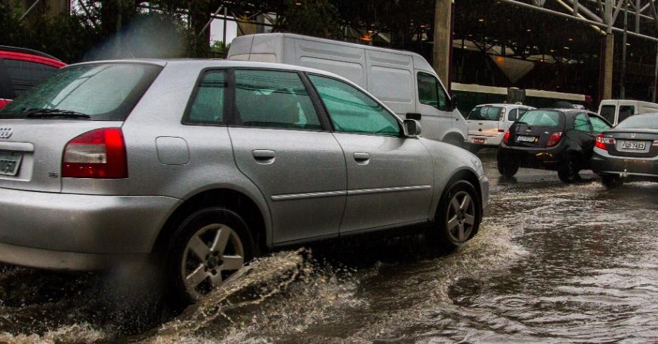 28.fev.2015 - Chuvas provocam pontos de alagamento na região da ponte João Dias, zona sul de São Paulo, nesta tarde de sábado (28)