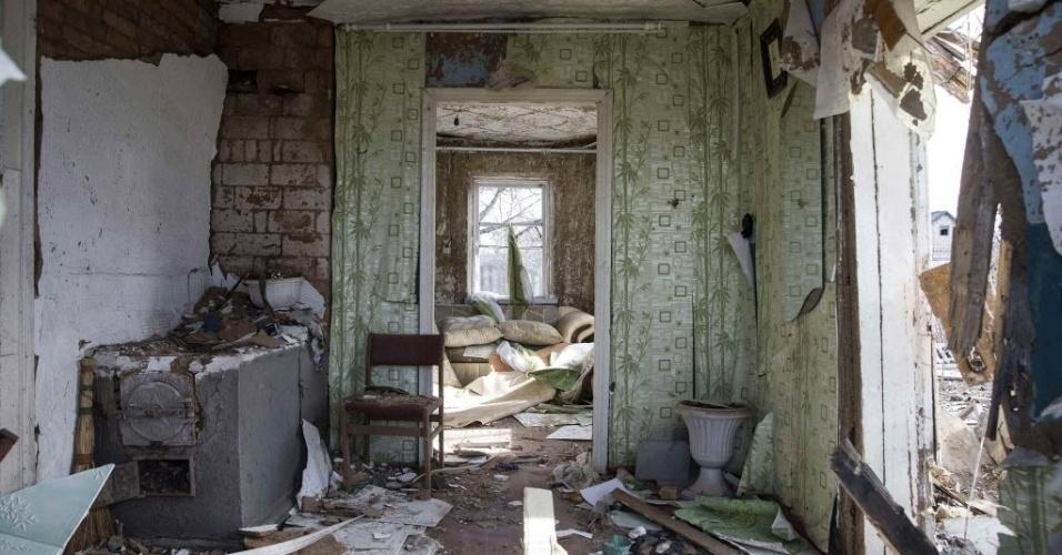 28.fev.2015 - Fotógrafo registra o estrago no interior de uma casa em Debaltseve, leste da Ucrânia, destruída pela conflito entre o Exército nacional e separatistas pró-Rússia