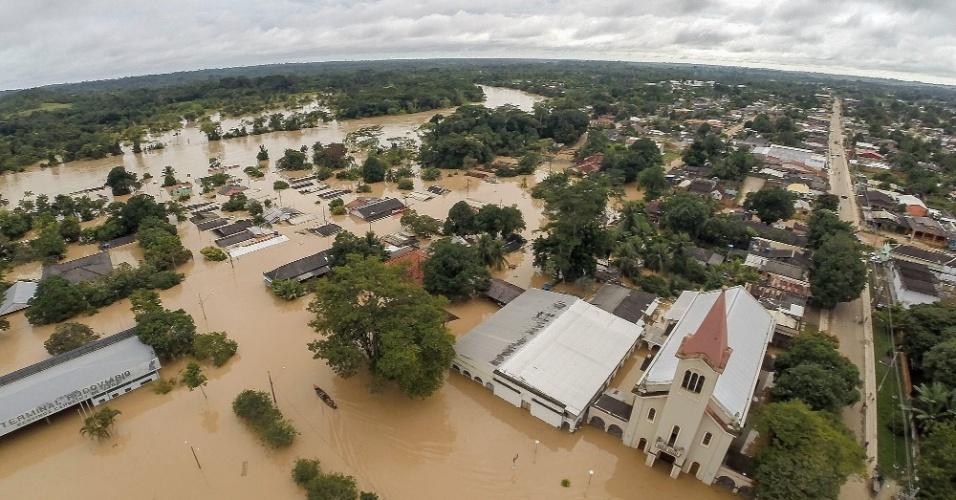 28.fev.2015 - Imagem divulgada neste sábado (28) pelo governo do Acre registra vista área sobre a cidade de Xapuri, que ficou inundada após fortes chuvas atingirem a região, subindo o nível dos rios