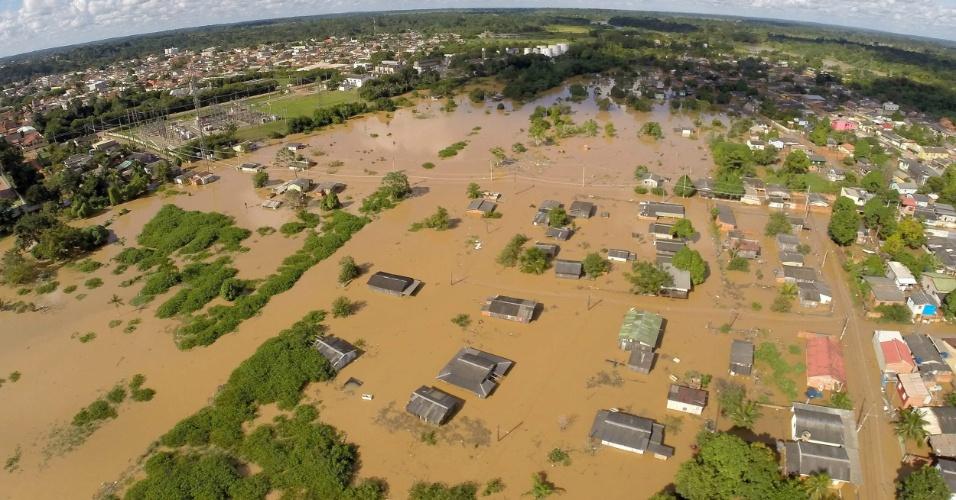 28.fev.2015 - Imagem divulgada neste sábado (28) pelo governo do Acre registra vista área sobre o bairro Habitasa, na cidade de Rio Branco, capital do Estado, que ficou inundado  após fortes chuvas atingirem a região, subindo o nível dos rios