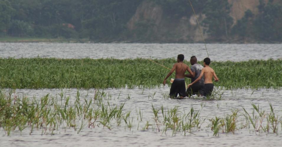 1º.mar.2015 - Jovens pescam na represa de Guarapiranga, na região de Interlagos, zona sul de São Paulo