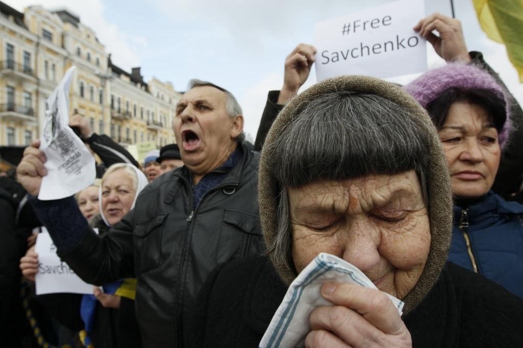 1º.mar.2015 - Maria Savchenko, mãe da piloto do Exército ucraniano Nadezhda Savchenko, participa de protesto que exige a libertação de sua filha pela Rússia, no centro de Kiev. Savchenko, 33, foi capturada pelas forças pró-Rússia há oito meses e está presa no país governado por Vladimir Putin pela acusação de colaborar no assassinato de dois jornalistas russos no leste da Ucrânia. A oficial, que está em greve de fome há mais de dois meses, tornou-se um símbolo da resistência à agressão russa